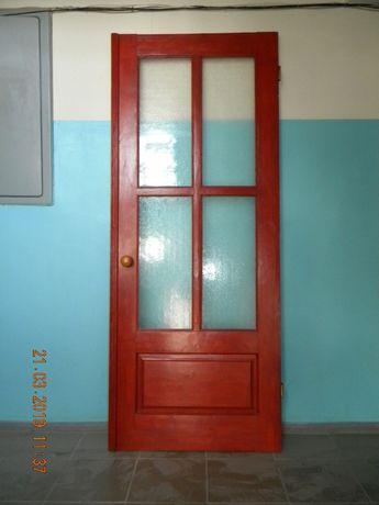 Продаю двери из натурального дерева.