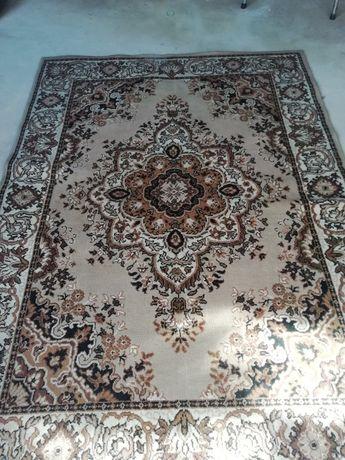 Carpete de sala castanho