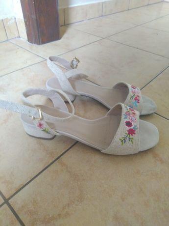 Sandałki w kwiaty haftowane 37