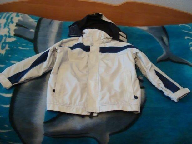Підліткова демісезонна куртка з капюшоном.