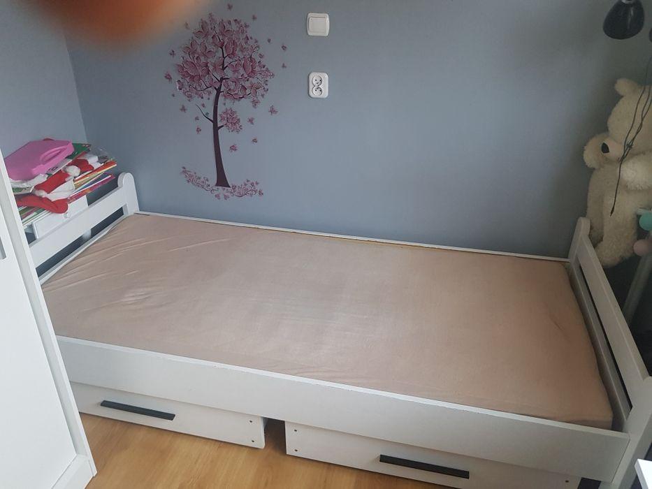Białe łóżko z materacem i szufladami Kościan - image 1