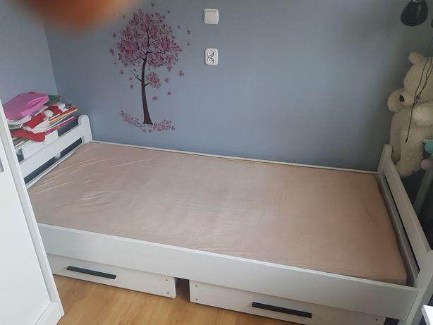 Białe łóżko z materacem i szufladami