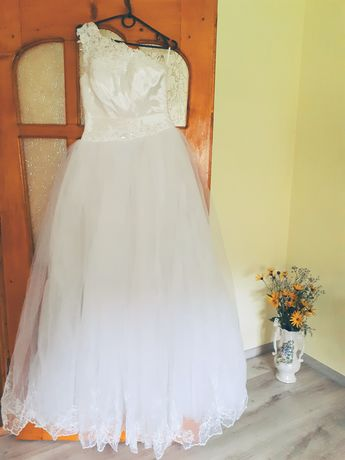 Продам весільну сукню в гарному стані.