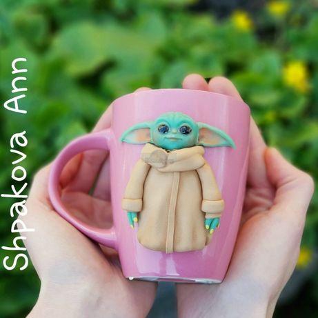 Чашка с декором веселая беби Йода девочка кружка подарок девушке лепка