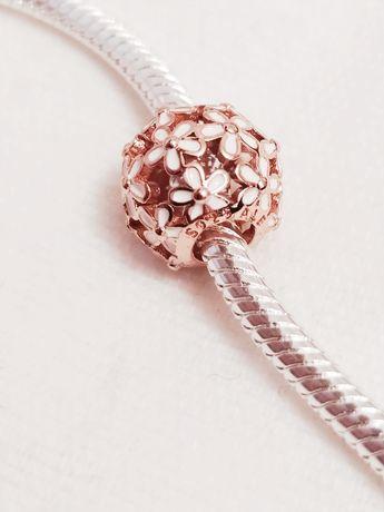 Nowy srebrny charms w kolorze różowego złota z białymi kwiatkami
