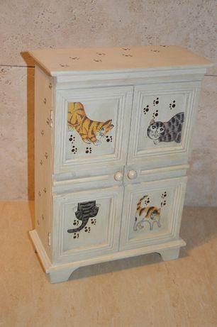 Urocza szafeczka drewniana z malowanymi kotkami.Stan bdb! AGORA Sweden