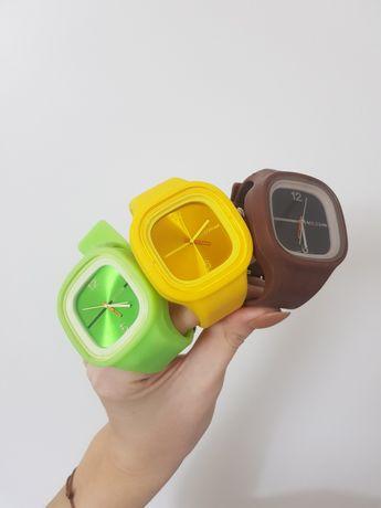 Trzy zegarki na gumowym pasku