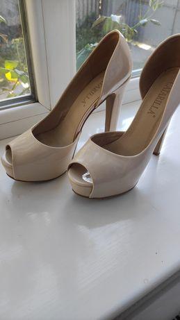 Бежевые туфли на каблуке