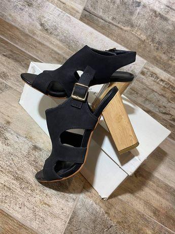 Zamszowe sandały na słupku Jenny Fairy