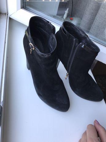 Продам ботинки замшевые женские