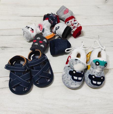 2 x buciki niemowlęce, sandałki i kapcie oraz 8 par skarpet gratis