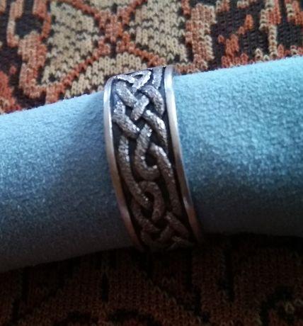 Кольцо с оригинальным орнаментом.