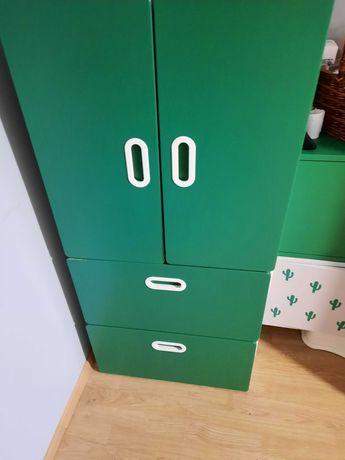 biała komoda z zielonymi drzwiami