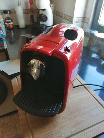 Máquina de café Delta Q com cápsulas