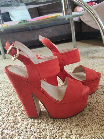 Sandały na słupku czerwone
