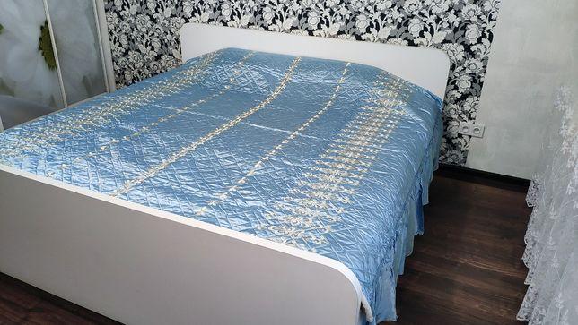 Новое атласное покрывало на двуспальную кровать