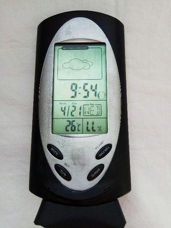 Градусник показывает время, температуру дату