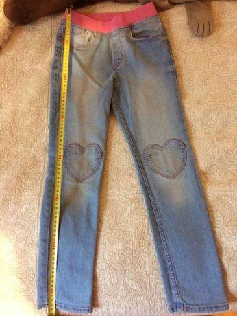 Jeansy z serduszkami firmy H&M