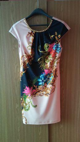 Sukienka o oryginalnym wzorze