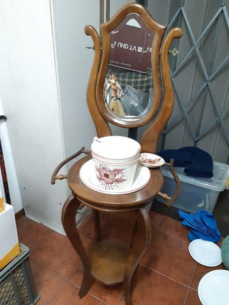Lavatorio antigo com peça em porcelana