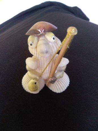 Figurka ozdobna Rybak, wykonana z muszelek.