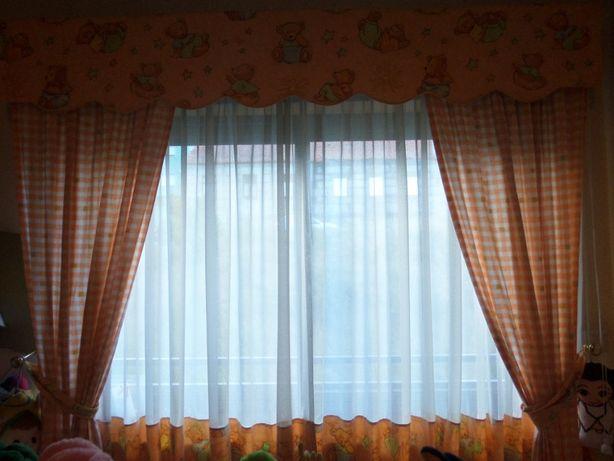 cortinados e candeeiro de criança