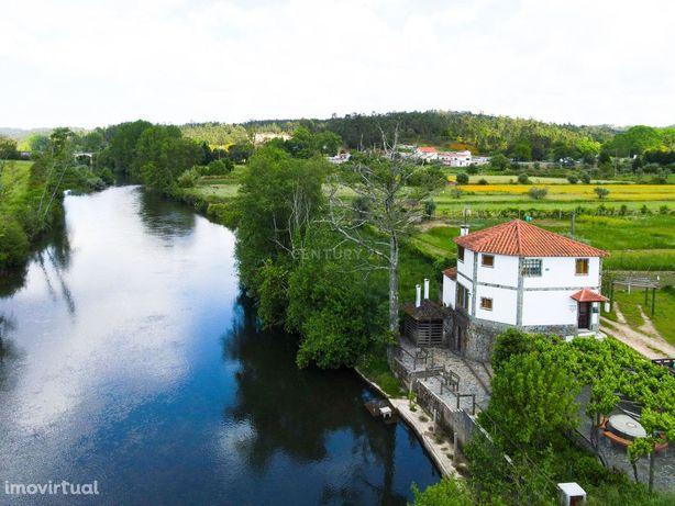 Moradia tradicional T3 junto o rio Alva com terraço, churrasco coberto