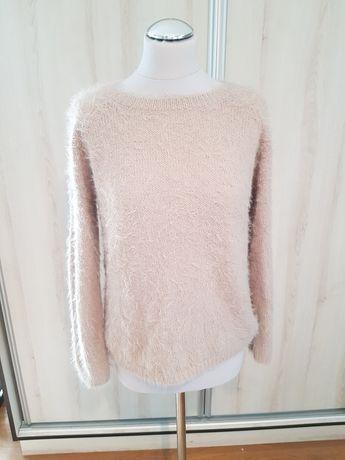 Sweterek o jasnym brązie