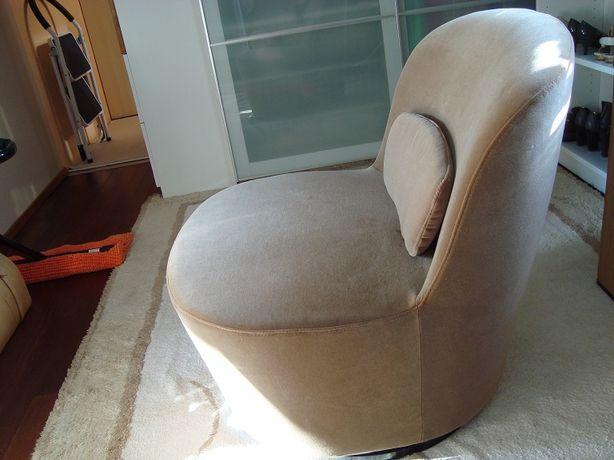 Fotel obrotowy pokryty beżowym welurem