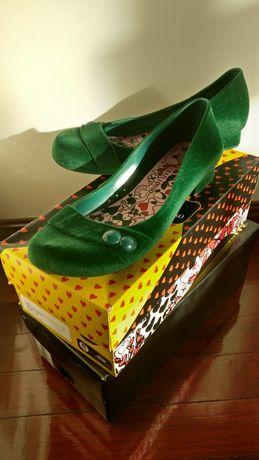 Sapato Melissa + Thais Losso, modelo Severine Flocado em Verde, 39