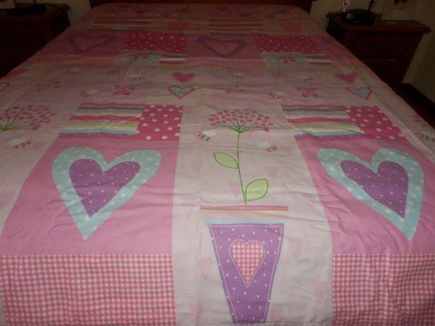 Capa de edredon rosa com cortinas laterais