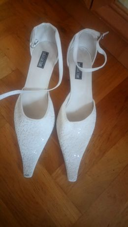 Białe ozdobne buty w rozmiarze 41 na małym obcasie