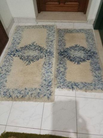Tapetes de pêlo branco e azul