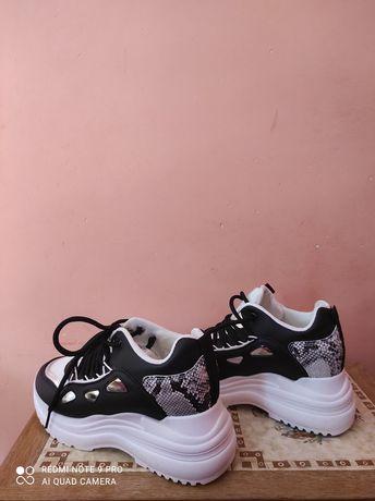 Sneakersy biało- czarne