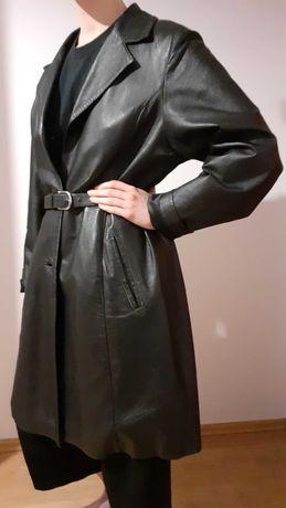Czarny skórzany płaszcz