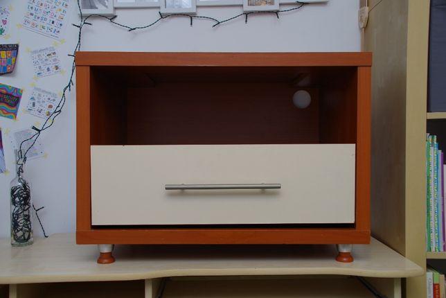 Komoda z wewnętrzną półką i białą szufladą