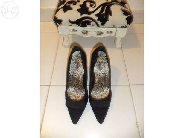 Sapatos pretos com laço em tecido muito elegantes
