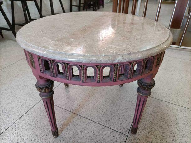 Mesa redonda lacada com tampo em  mármore rosa impecável