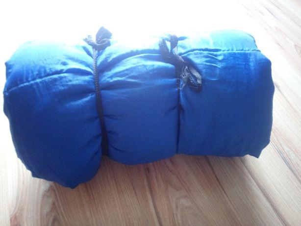 """Niebieski śpiwór turystyczny typu """"kołdra""""."""