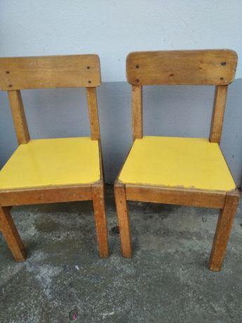 Krzesełka dziecięce drewniane.-- 2 sztuki.