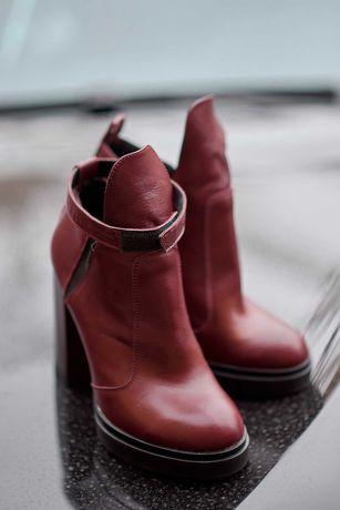 Женские кожаные бордовые ботинки.
