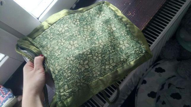 Zielona torebka na ramię na zamek
