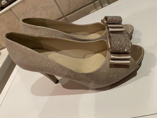Złotobeżowe buty na obcasie z klamrą w cekiny