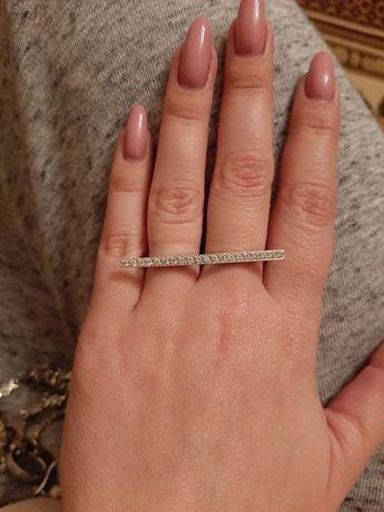 Кольцо с камнями на два пальца.