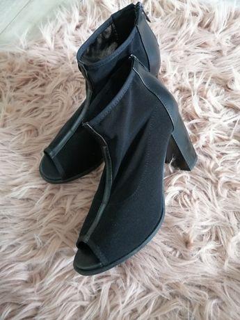 Czarne buty na obcasie z siateczka