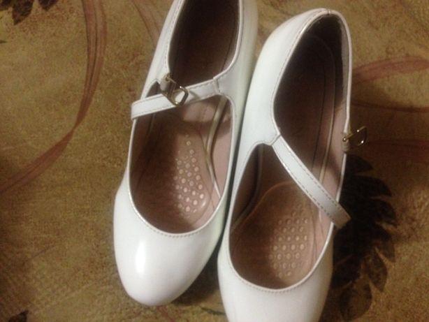 продам біленькі туфлі