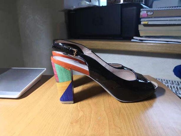 Туфли на устойчивом каблуке Attizzare