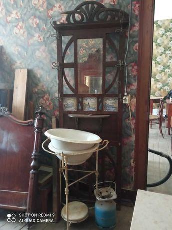 Mesas de cabeceira, armários, camas, espelhos vintage.