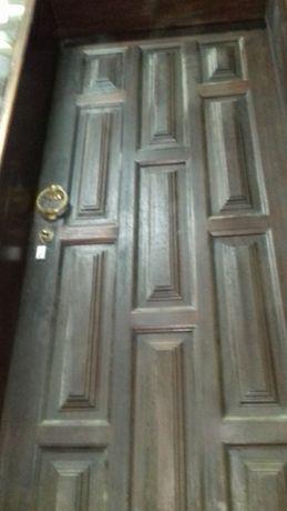 Porta de entrada de madeira maciça.