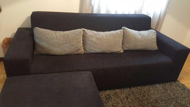 Sofa novo com almofadas e candeeiro de canto